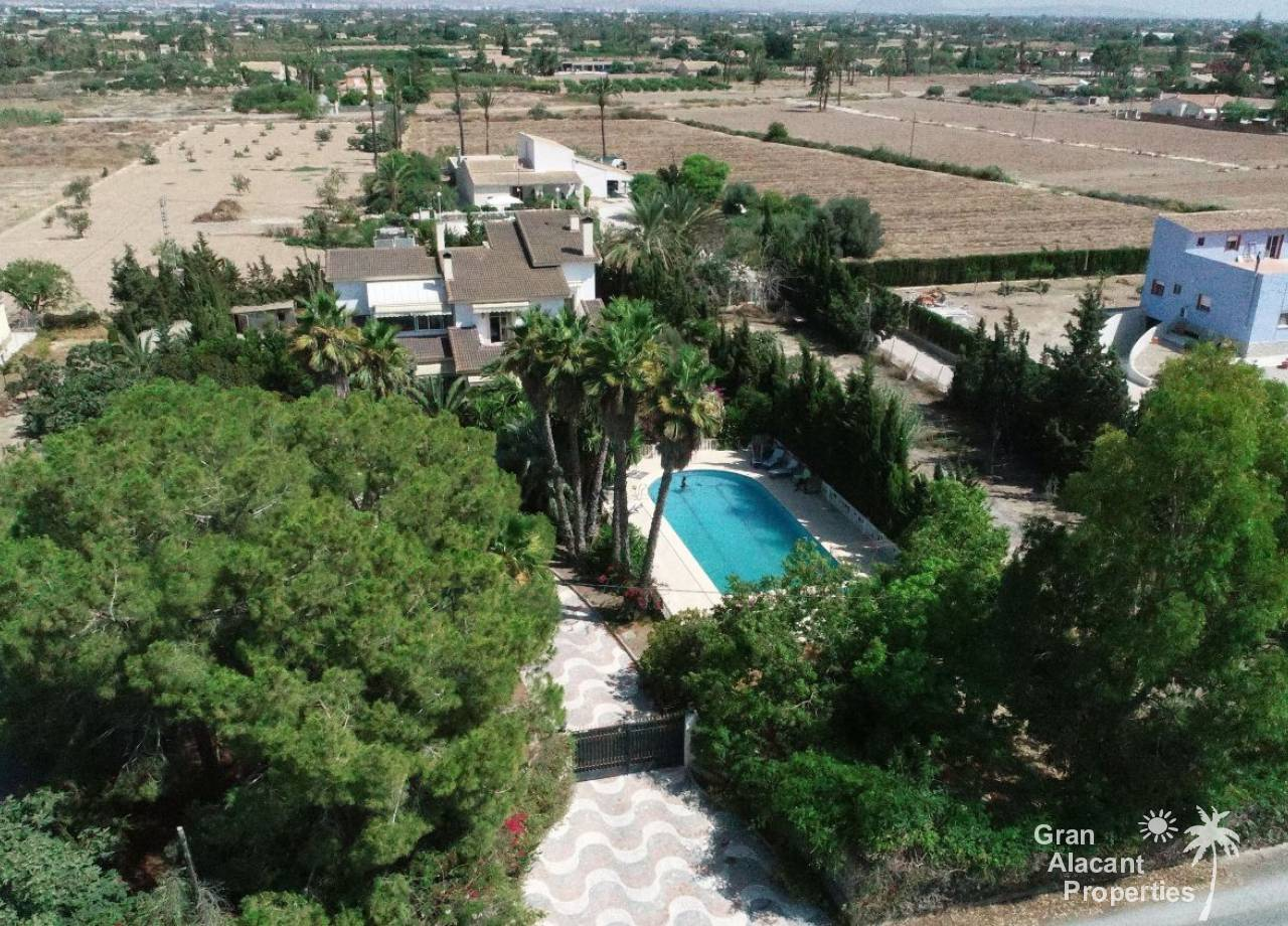 Large country villa with pool in La Hoya